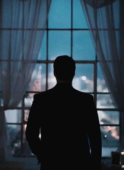 Detektiv vor dem Fenster
